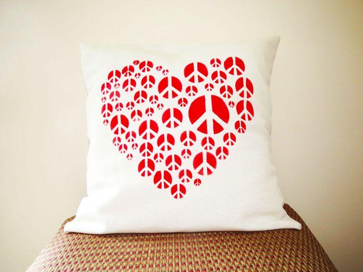 Almohadón PEACE AND LOVE, $80 en http://ofeliafeliz.com.ar
