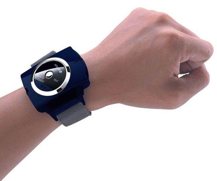 Дайте вашему партнеру поспать! Анти-Храп Браслет регулирует фиксатор лучезапястного сустава, имеет усовершенствованный датчик звука, который определяет громкие, повторные звуки. Когда ваш храп превышает 65 дБ, он посылает безболезненный электрический ток на запястье, что подсознательно стимулирует мышцы и предложит вам изменить позиции сна. После изменения позиции, вы будете вдыхать и выдыхать более плавно и храпеть меньше, не просыпаясь.
