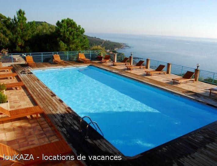 Résidence calme surplombant la mer avec piscine panoramique chauffée vous propose des logements de 2 à 4 personnes qui ont toutes vue sur mer. Plage de sable et village à 300 mètres. Locations de particulier à particulier.