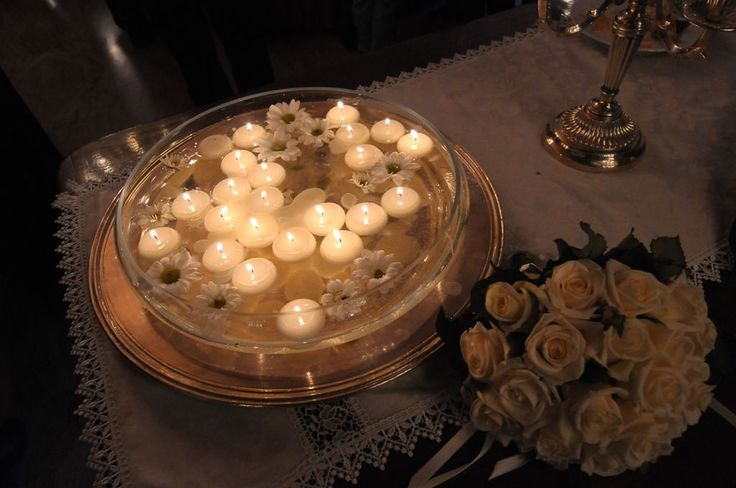 candele atmosfera romantica #wedding #white event #matrimonio elegante #romantic wedding #candle for wedding #bouquet #total white #soft light #candele galleggianti #argenteria