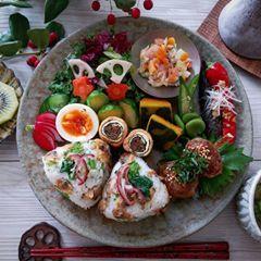2017.1.15 休日 ワンプレートで朝ごはん🍴 🍙あさりの生姜煮と菜の花に茗荷のせ 🌀うすあげ巻きは牛蒡の金平と大葉 ・鰺のつくね照り焼き・お茄子とよさこいハニーの香味だれ・かぼちゃの炊いたん・生野菜サラダ・ゆで卵・ポテトサラダ・ゆでた芽キャベツ、そら豆、オクラ・塩もみ胡瓜・ラディッシュの塩麹漬け・たまごスープ・キウイ * * 暖かくして、素敵な日曜日をお過ごし下さいね❄ * * #ワンプレート #器 #うつわ #及川静香 #大橋保隆 #中西申幸 #村上直子 #高田志保 #ふるいともかず #仏舍 #伊谷公一 #朝ごはん #朝食 #こんだて #朝時間 #和食 #日本食 #Japanesefood #foodpic #instafood #和ンプレート #おうちごはん #デリスタグラマー #lin_stagrammer #クッキングラム #おにぎり #休日 #とりあえず野菜食 #暮らし #GoodmorningGoodbreakfast