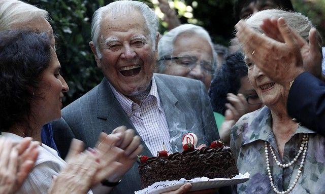 26 de Noviembre de 2011/SANTIAGO_.  La directiva de la Democracia Cristiana visita al ex mandatario Patricio Aylwin para saludarlo en el día de su cumpleaños número 93, en su residencia de la comuna de Providencia. FOTO: FRANCISCO SAAVEDRA/AGENCIAUNO