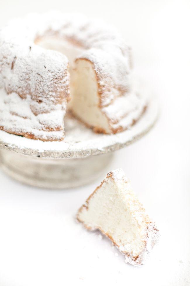 Jamie's Angel Food Cake -  1 csésze liszt, 3/4 csésze porcukor, 10 tojásfehérje kemény habbá verve szobahőmérsékleten, 1 1/4 tk tejszín, 3/4 csésze kristálycukor, 1/4 tk só, 1 tk vanília, 1-2 tk mandulalikőr Amaretto.  Előmelegített sütőben 180 ° C on sütni.