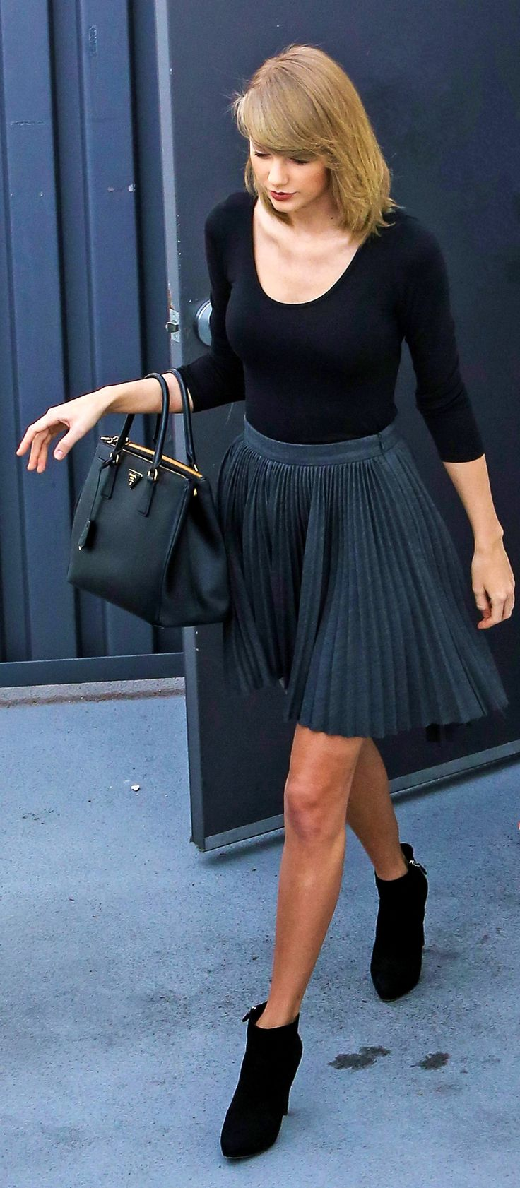 Taylor Swift ; Leaving The Boa Steakhouse, Los Angeles, January 2016 ; Cushnie et Ochs skirt, Prada boots & Prada bag