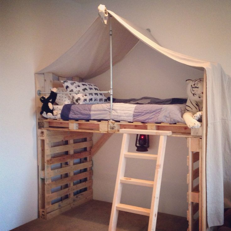 Diy loft bed pallet decor pinterest tent lit for Diy kids pallet bed