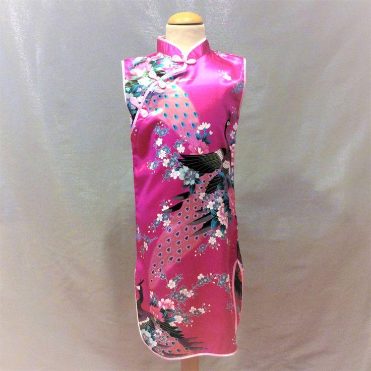 Roze Chinese jurk met knoopsluiting schuin onder de hals. Smal model van 100% polyester zonder stretch.  Model: Meilan