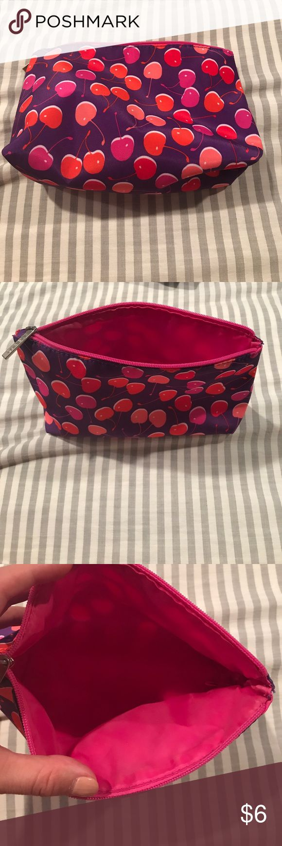 Clinique make up bag Gently used Clinique makeup bag Clinique Bags Cosmetic Bags & Cases