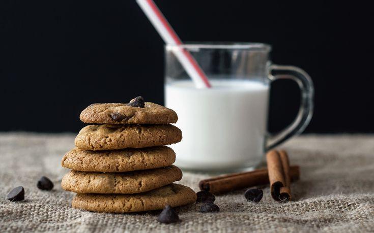 COOKIES. A base di farina, uovo, burro, zucchero, bicarbonato d'ammonio (generalmente chiamato ammoniaca per dolci), lievito e gocce di cicciolato. Una prelibatezza da gustare in tutti i momenti della nostra giornata, accompagnata per chi vuole da un buon latte fresco.  #cookie #sweetdreams