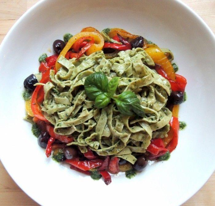 Peperoni kalamate: 1 gul paprika 1 rød paprika ca 10 brune oliven Olivenolje  Kutt paprikaen i grove strimler og ha i en stekepanne med en god del olivenolje. La det surre i pannen i ca 30 minutter på middels varme.