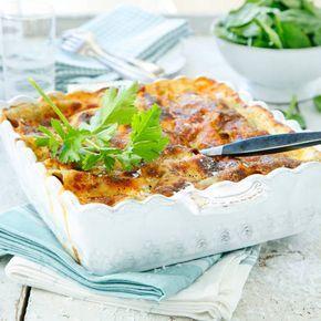 Klassisk lasagne är så gott till både fest och vardag. Här ett recept på en enkel men lyxig klassiker för stora och små. Köttfärssås, ost och bit sås - gott!