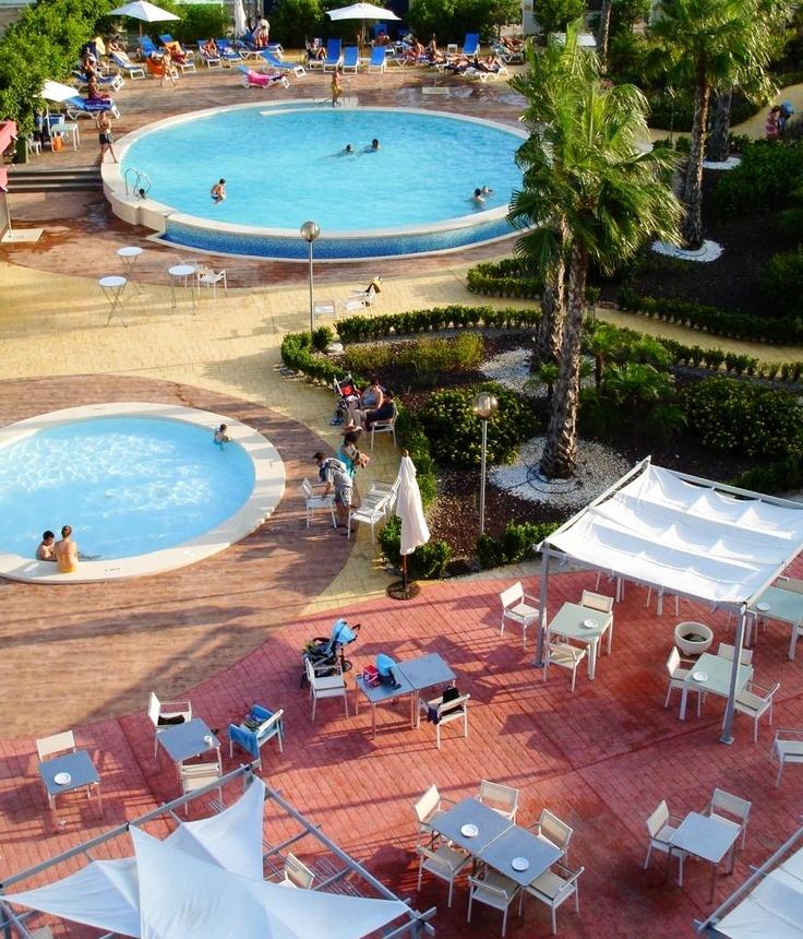 Zona de piscinas del Hotel Spa Torre Pacheco rodeada de vegetación, perfecta para descansar en verano www.hotelspa-torrepacheco.com/esp