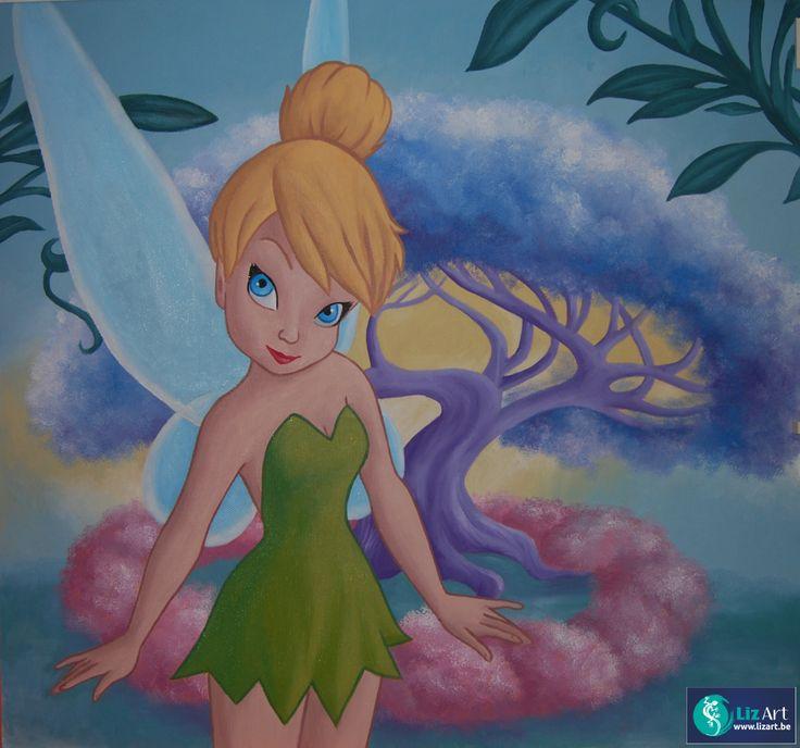 Wandschildering Tinkelbel, met grote sprookjesboom op de achtergrond.