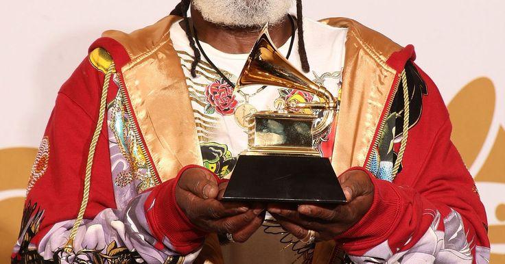 Estilos musicales del reggae . La música reggae se originó como un producto de la escena ska de Kingston, Jamaica, en los años sesenta. Las distintivas líneas de bajo a contratiempo del reggae y las entrecortadas melodías de guitarra de este estilo, lo hacen inmediatamente reconocible. Aunque todos los estilos de reggae comparten estas características, entre ellos hay ...