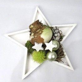 Amaryllisbol voor kerst in houten ster met kerstdecoratie.