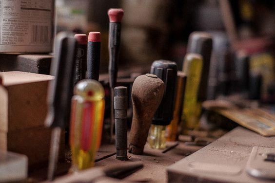 Esistono moltissime misure di viti e, come se non bastasse, possono avere la capocchia a stella o a taglio. Un set di cacciaviti di diverso tipo e misura non può perciò mancare nella tua scatola degli attrezzi!