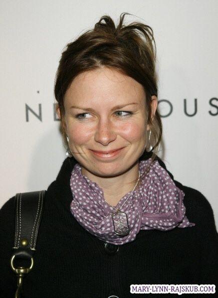 Mary Lynn Rajskub, scarf