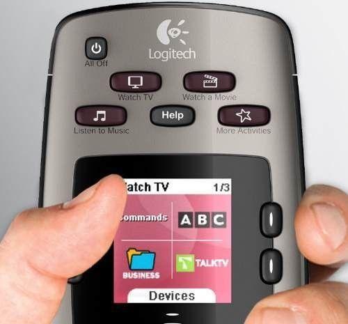 Un control universal con pantalla a color y listo para el entretenimiento , soporta hasta 5 equipos a la vez, función de grabación de comandos para grabar las funciones de cualquier control remoto, base de datos vía internet mediante programa incluido, la función de actividades lo cual con solo tocar un botón enciende varios equipos para una función especifica como Video Juegos ( Ejemplo prender TV y XBOX de forma automática ) , o ver TV ( Prender TV y Directv o VTR )