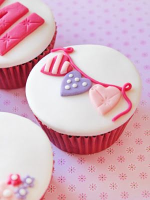 cupcake - I love the simple bunting idea! #pretty