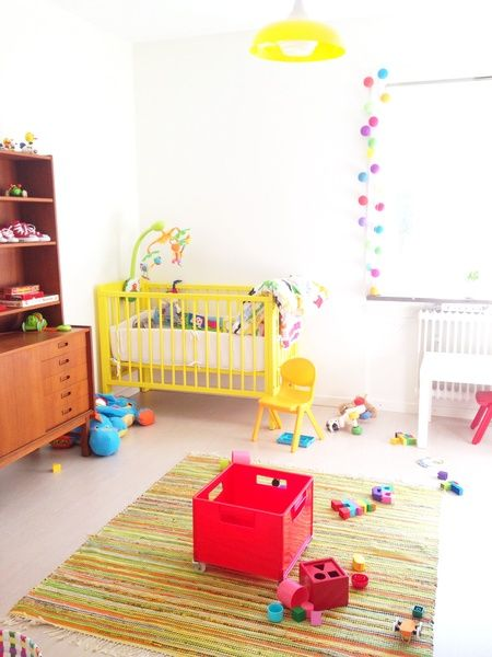 barnrum,spjälsäng,spjälsäng gul,barnsäng,barnsäng gul,retro,teakhylla,teak,happylights,ljusslinga,bollslinga,färgglatt,färglatt barnum