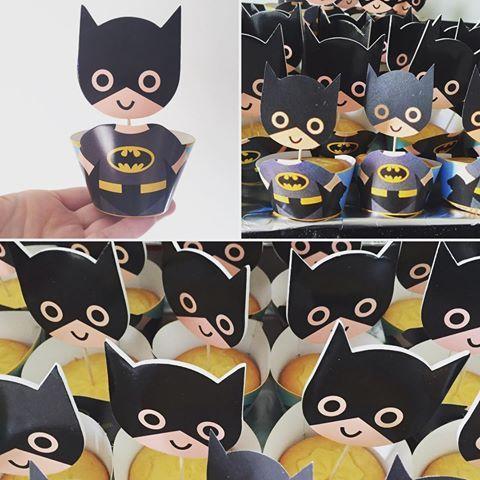 Batman traktatie!! Hij staat klaar om zo mee naar school te nemen. Vanmiddag het super helden feestje. #cecielmaakt #kindertraktatie #batman #basisschool #cakejes #easypeasydiy #traktatietip