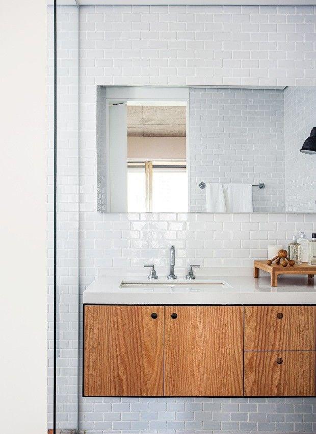 Banheiro. Desenhado pelos arquitetos, o gabinete sob a bancada de Technistone, superfície de quartzo, é de chapa metálica e carvalho americano. As paredes receberam cerâmica da Atlas, e o piso, porcelanato da Portobello (Foto: Gui Morelli / Divulgação)