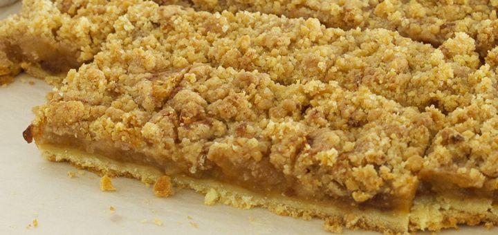 appeltaart met abrikozenjam en kruimellaag van de bakplaat