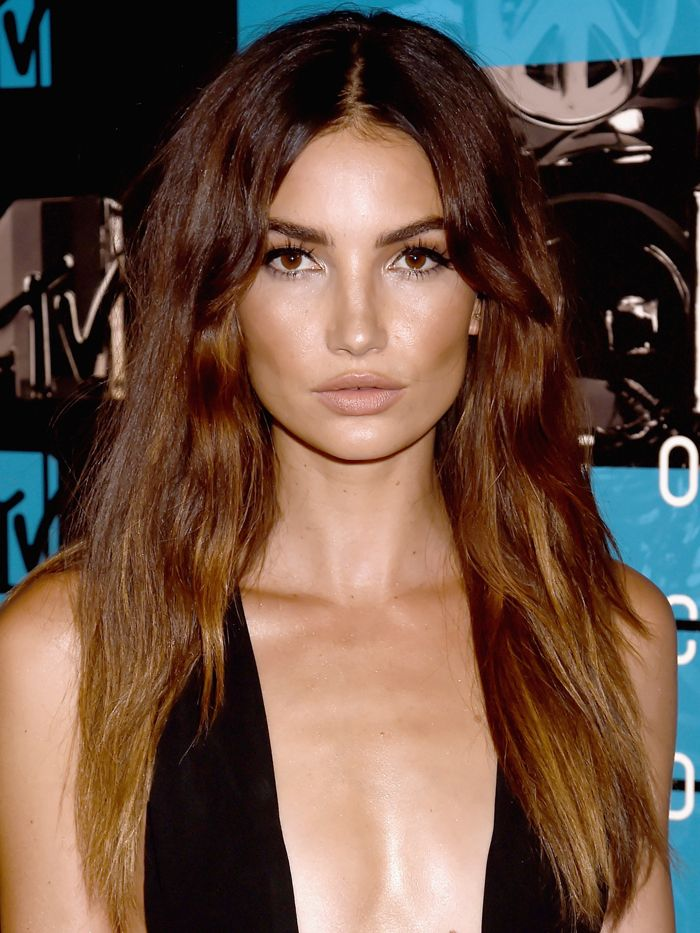 Lily Aldridge's long, loose waves, nude lips, and flirty lashes // VMAs