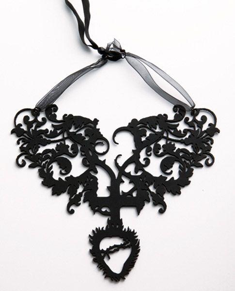 """Collana """"Corazon Espinado"""" realizzata in pelle nera spessore 2 mm e tagliata a laser, Ispirata all'opera e al mood di Frida Khalo, chiusura in filo di organza"""