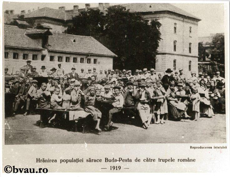 """Fotografie din Războiul pentru întregirea neamului - Hrănirea populației sărace Buda-Pesta de către trupele române, 1919. Imagine din colecțiile Bibliotecii """"V.A. Urechia"""" Galați."""
