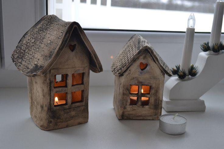 Chaloupka pro skřítky (větší) Domečky - chaloupky , svícny z pálené hlíny, barveno černým oxidem. Každý kus originál. Výška 15cm (na levo na fotografii) Průměr je na klasickou čajovou svíčku s rezervou.