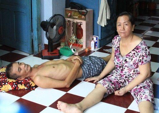 Vợ chồng cùng bị liệt