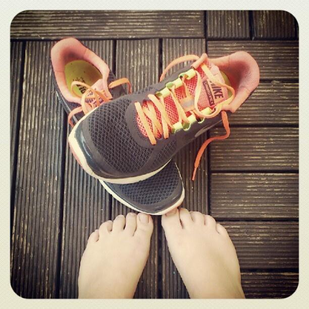 Heut war joggen doof... Bin echt froh, dass ich die Schuhe jetzt ausziehen könnte ... - @grinsestern- #webstagram