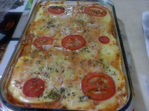 2 pacotes de pão de forma  - 4 colheres de maionese  - 1 lata de molho de tomate pronto  - 400 g de presunto  - 450 g de mussarela  - Rodelas de tomate  - Orégano  -