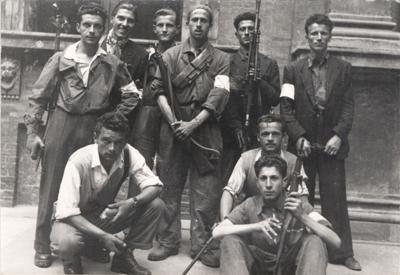 21 aprile 1945, Bologna, Università, cortile d'Ercole. Formazione partigiana.