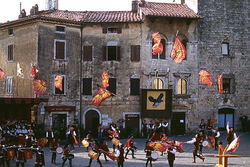 Massa Marittima flag trhowers. A medieval tradition that still lives. #maremma #tuscany #traditions