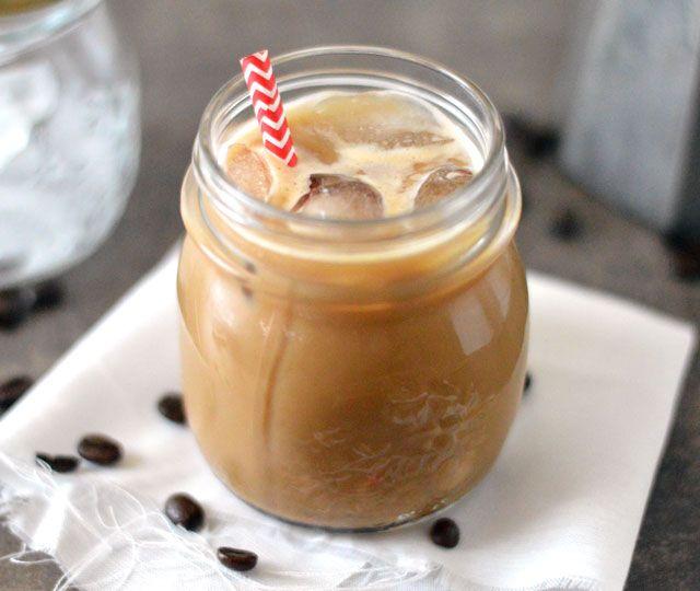 Ijskoffie, een heerlijk verfrissend drankje. Dit recept voor ijskoffie is niet alleen snel klaar en makkelijk om te maken maar ook nog eens waanzinnig lekker.