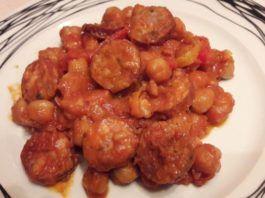 Ρεβύθια με λουκάνικα και πιπεριές στη γάστρα(3 μονάδες)