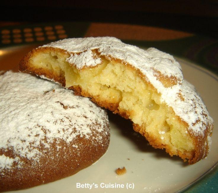 Υλικά για 45 μηλοπιτάκια περίπου: 200 γρ βιτάμ 1 κούπα ζάχαρη 3 αυγά 1 φακελάκι βανίλια 1 πακέτο φαρίνα (δηλ. μισό κιλό αλεύρι που φουσκώ...