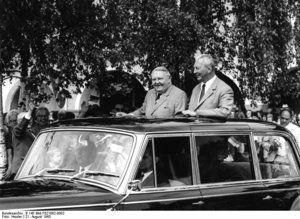 Bundeskanzler Ludwig Erhard während einer Wahlreise in Freudenstadt mit dem Ministerpräsidenten von BadenWürttemberg, Kurt Georg Kiesinger. Ein Jahr später wurde Kiesinger Erhards Nachfolger.