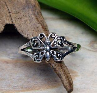 Echt zilveren (925) vlinder ring. Subtiel vlinder ringetje. Afmeting opengewerkte vlinder 9 x 11 mm.  Prijs €14,95 Verkrijgbaar in maat 15,5 - 16,25 - 17,25 - 18,25 - 19. De maat die vermeld st...
