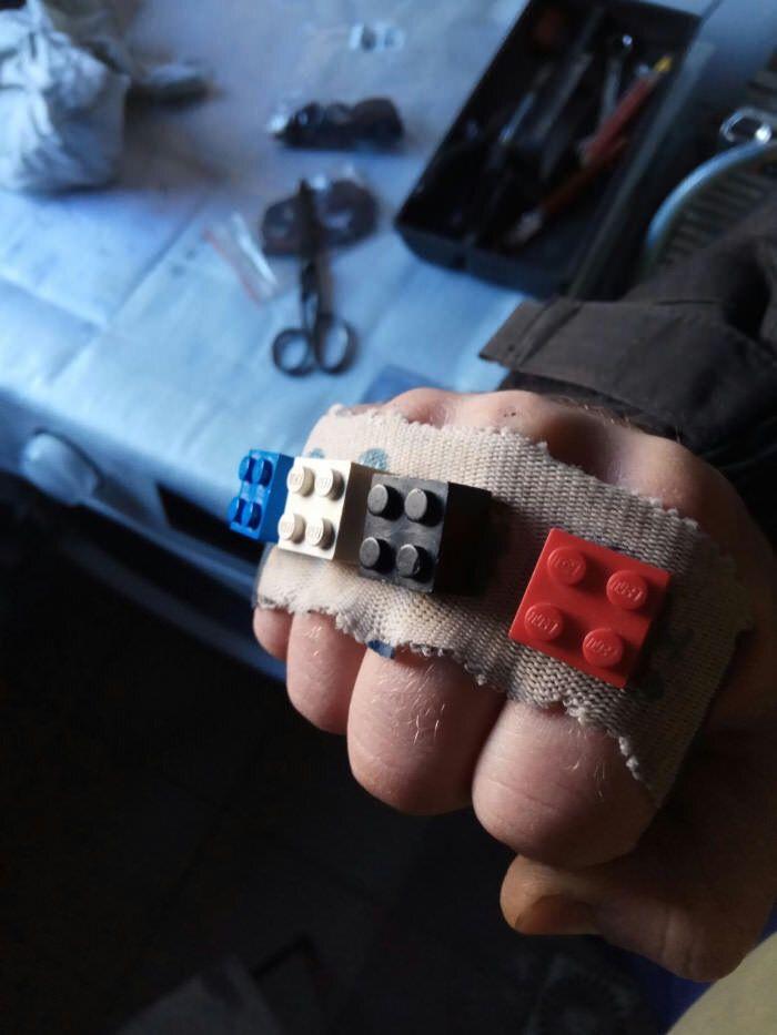 Poing américain en LEGO