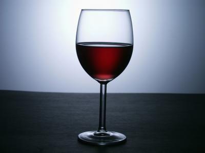 Como remover manchas de vinho tinto em um copo de cristal | eHow Brasil
