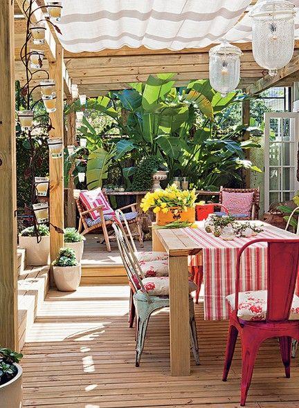 Utilizada para refeições mais demoradas e especiais, a mesa de jantar do terraço tem cadeiras de latão com almofadas florais. Molheiras trazidas de um antiquário em Punta del Este são usadas como vasinhos para os tostões. A caixa de vinho, à esquerda, virou cachepô para as tulipas. Casa da produtora de eventos Lica Paludo
