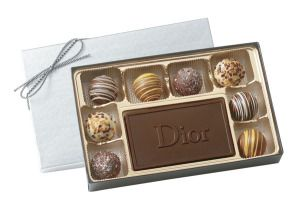 8 Piece Truffle Box w/Chocolate Centerpiece (6 oz.). Combine truffles with a creamy milk or dark chocolate centerpiece for a sophisticated presentation. Packed in your choice of silver, gold or white box with matching ribbon as shown for BT20 and matching bows for BT8. Choose up to 4 truffle flavors from our selection of 5 flavor options.