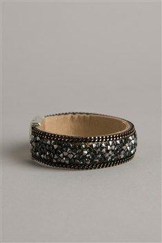 Illuminez votre poignet en vous offrant ce bracelet ultra mode aux détails aboutis et au style sophistiqué, idéal pour agrémenter vos tenues avec éclat. Le modèle est rigide et large. Il présente des finitions originales, avec deux chaînes à maille forçat ornées de détails dorés à chaque extrémité. Ce bracelet est également orné de clous fantaisie brillants. Il présente un fermoir en métal argenté. <br/>