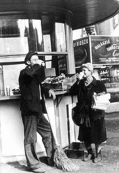 Kávéház helyett tejivó, Sztálin tér, Budapest, 1949.
