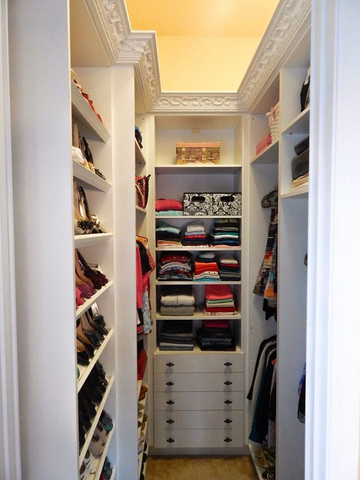 Michelle - Blog #Small #Walk-In #Closets #Design Fonte : https://s-media-cache-ak0.pinimg.com/originals/55/0f/a9/550fa9988bd85bc276bbb0f865e293f8.jpg