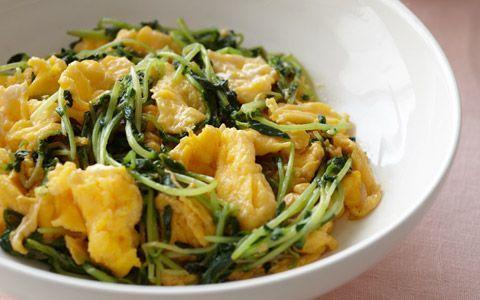 画像10 : スーパーでも一般的に並ぶようになった豆苗は、葉物野菜の中でも非常に栄養価が高い野菜です。サラダにしてシャキシャキの食感を味わったり、豆苗炒めにしたり、味噌汁の具にも合う万能野菜。豊富な栄養価とともにレシピをご紹介します。