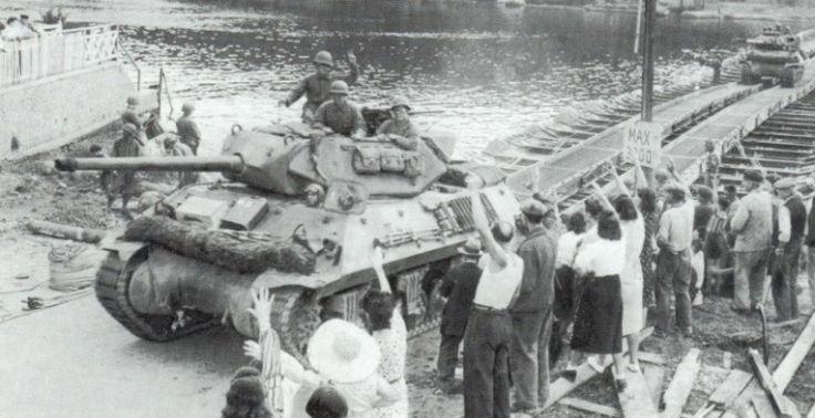 Un Tank Destroyer M10 traverse la Seine sur un pont provisoire. On remarque bien ici la tourelle ouverte du chasseur de chars, ainsi que le contre-poids à l'arrière de cette tourelle.