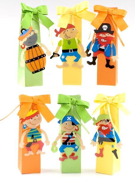 Cosas43, detalles y regalos para los invitados, boda, comunión y bautizo, regalos infantiles Punto de libro Pirata con dos bombones [50-AB2081] - Regalos para niños.Punto de libro o marca páginas infantiles modelo Piratas. Se presenta en caja alta colores surtidos con lazo otomán a tono, con 2 bombones y tarjeta personalizada, nombre y fecha del evento.Medida punto libro: 8 cmMedida caja: 3,5 x 14 x 3,5 cm